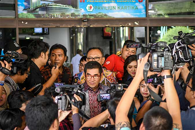 Mantan Ketua MK Hamdan Zoelva (tengah) menjawab pertanyaan wartawan usai menjenguk Presiden ketiga RI BJ Habibie di Rumah Sakit Pusat Angkatan Darat (RSPAD), Jakarta, Selasa (10/9/2019). Antara/Galih Pradipta