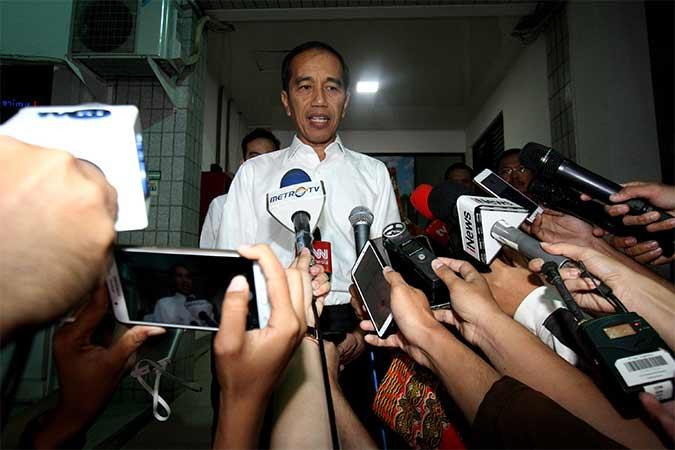 Presiden RI Joko Widodo memberikan keterangan serta menyampaikan duka cita seusai melayat jenazah Presiden ke-3 RI Bacharuddin Jusuf Habibie di Rumah Sakit Pusat Angkatan Darat (RSPAD) Gatot Subroto, Jakarta, Rabu (11/9). B.J. Habibie meninggal dunia pada Rabu (11/9) pukul 18.05 di usia ke-83 setelah beberapa hari menjalani perawatan intensif. Bisnis/Arief Hermawan P