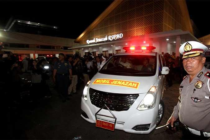 Mobil yang membawa jenazah Presiden ke-3 RI, B.J. Habibie meninggalkan ruang jenazah di Rumah Sakit Pusat Angkatan Darat (RSPAD) Gatot Subroto, Menuju Rumah duka di Jakarta, Rabu (11/9). B.J. Habibie meninggal dunia pada Rabu (11/9) pukul 18.05 di usia ke-83 setelah beberapa hari menjalani perawatan intensif. Bisnis/Arief Hermawan P