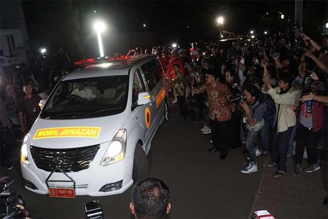 Mobil yang membawa jenazah Presiden ke-3 RI, B.J. Habibie meninggalkan ruang jenazah di Rumah Sakit Pusat Angkatan Darat (RSPAD) Gatot Subroto, Menuju Rumah duka di Jakarta, Rabu (11/9). B.J. Habibie meninggal dunia pada Rabu (11/9) pukul 18.05 di usia ke-83 setelah beberapa hari menjalani perawatan intensif. Bisnis/Himawan L Nugraha