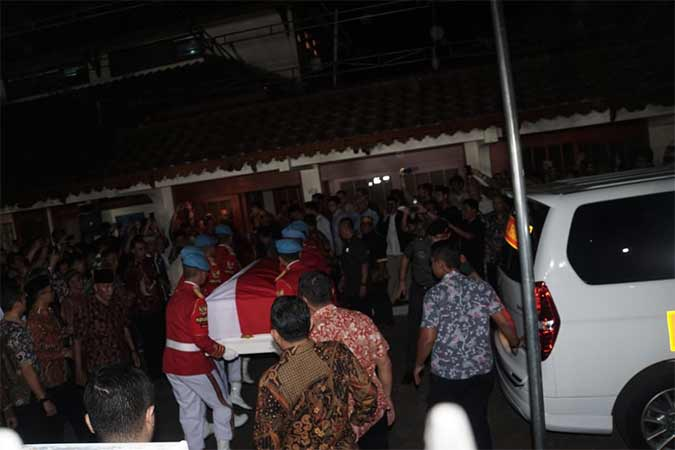 Jenazah Presiden ke-3 RI Bacharuddin Jusuf Habibie tiba di rumah duka, Kuningan, Jakarta, Rabu (11/9). Bisnis/Himawan L Nugraha