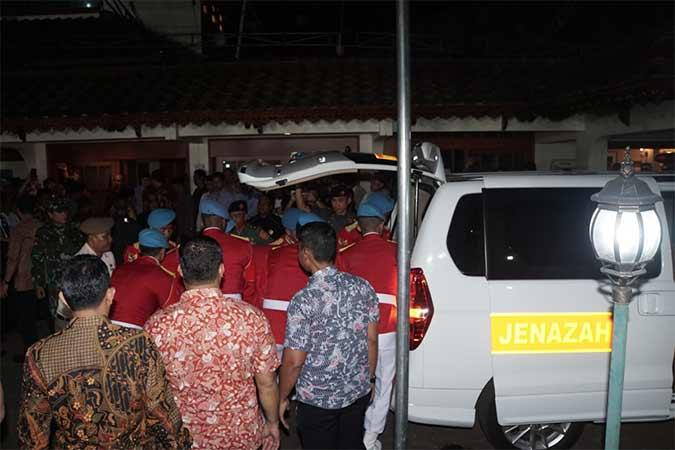 Jenazah Presiden ke-3 R,I Bacharuddin Jusuf Habibie tiba di rumah duka, Kuningan, Jakarta, Rabu (11/9). B.J. Habibie meninggal dunia pada Rabu (11/9) pukul 18.05 di usia ke-83 setelah beberapa hari menjalani perawatan intensif. Bisnis/Himawan L Nugraha