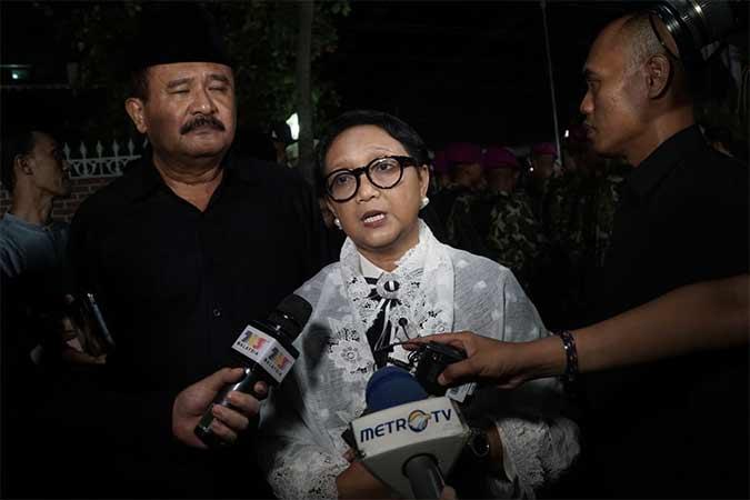 Menteri Luar Negeri Retno L.P. Marsudi memberikan keterangan pada media seusai melayat Presiden ke-3 RI Bacharuddin Jusuf Habibie di rumah duka, Kuningan, Jakarta, Rabu (11/9). B.J. Habibie meninggal dunia pada Rabu (11/9) pukul 18.05 di usia ke-83 setelah beberapa hari menjalani perawatan intensif. Bisnis/Himawan L Nugraha