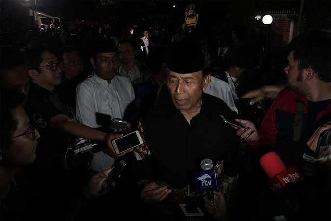 Menteri Koordinator Bidang Politik, Hukum, dan Keamanan Wiranto (tengah) memberikan keterangan pada media usai melayat Presiden ke-3 RI Bacharuddin Jusuf Habibie di rumah duka, Kuningan, Jakarta, Rabu (11/9). B.J. Habibie meninggal dunia pada Rabu (11/9) pukul 18.05 di usia ke-83 setelah beberapa hari menjalani perawatan intensif. Bisnis/Himawan L Nugraha