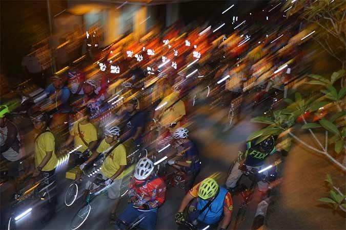 Peserta mengayuh sepeda lipat pada Jamselinas Palembang 2019 di Palembang, Jumat (13/9) malam. PT Bank Negara Indonesia (Persero) Tbk. Kantor Wilayah Palembang menjadi sponsor utama penyelenggaraan Jambore Sepeda Lipat Nasional (Jamselinas) ke-9 pada 13 September – 15 September 2019 yang diikuti 2000 peserta. Bisnis/Nurul Hidayat
