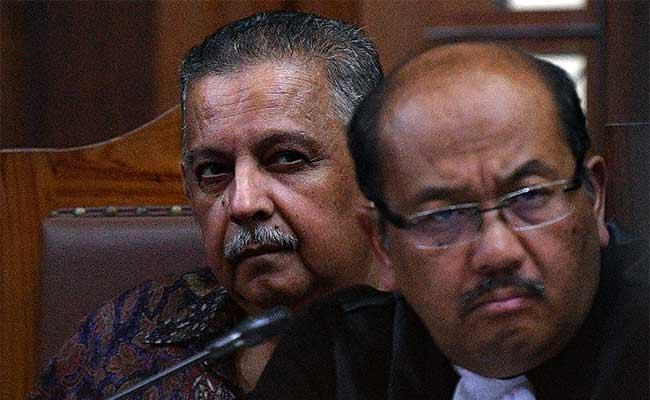 Terdakwa kasus dugaan suap proyek PLTU Riau-1 yang juga mantan Dirut PLN Sofyan Basir (kiri) menjalani sidang lanjutan di Pengadilan Tipikor, Jakarta, Senin (16/9/2019). Sidang tersebut beragendakan mendengarkan keterangan saksi ahli. Antara/Sigid Kurniawan