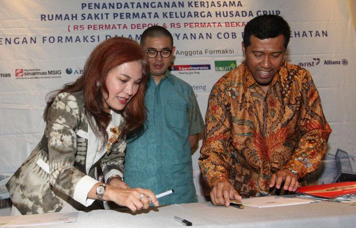 Direktur Asuransi Sinar Mas yang juga Direktur Eksekutif Forum Asuransi Kesehatan Indonesia (Formaksi) Dumasi Samosir (kiri) bersama Direktur Rumah Sakit Permata Keluarga Husada Group Heldi Nazir (kanan) disaksikan Ketua Umum Formaksi Christian Wanandi bersiap menandatangani kesepakatan addendum perjanjian kerja sama layanan cashless Pasien CoB BPJS Kesehatan dengan RS Permata Group di Jakarta, Selasa (17/9/2019). Pada kesempatan tersebut ditanda tangani pula kerja sama RS Permata Group dengan 11 perusahaan asuransi swasta yang tergabung dalam Formaksi. Bisnis/Dedi Gunawan