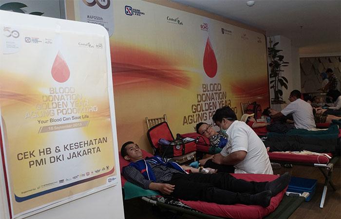 Karyawan mengikuti donor darah dalam rangka hari ulang tahun (HUT) ke-50 Agung Podomoro Group (APG) di kompleks Neo Soho, Jakarta, Rabu (18/9/2019). Berdasarkan data Palang Merah Indonesia (PMI) setiap tahunnya ditargetkan mendapatkan sebanyak 4,5 juta kantong darah secara nasional. Dalam donor darah tersebut diikuti oleh 13 unit usaha APG dan Agung Podomoro Land (APLN) serta menargetkan 4.300 kantong darah. Bisnis/Himawan L Nugraha