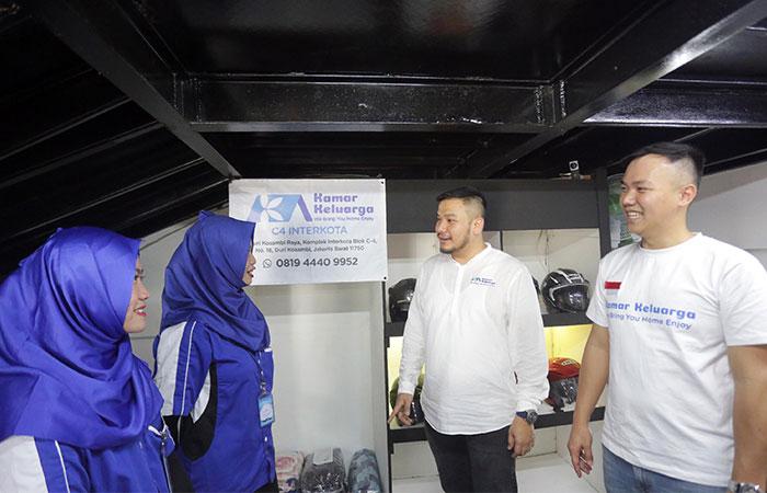 CEO Kamar Keluarga Charles Kwok (kedua kanan) bersama COO Kamar Keluarga Ferry Lukas berbincang dengan para karyawati di sela-sela acara kunjungan media ke salah satu unit Kamar Keluarga yang ada di Jakarta, Kamis (19/9/2019). Kamar Keluarga yang dikelola PT Hoppor International, merupakan startup properti yang mengubah aset non produktif, menjadi aset produktif dengan passive income. Kamar Keluarga menyediakan layanan hunian co-living dengan jaringan layanan terlengkap dan nyaman dengan harga terjangkau di kota-kota besar yang terkoneksi melalui teknologi berbasis web dan aplikasi. Bisnis/Abdullah Azzam