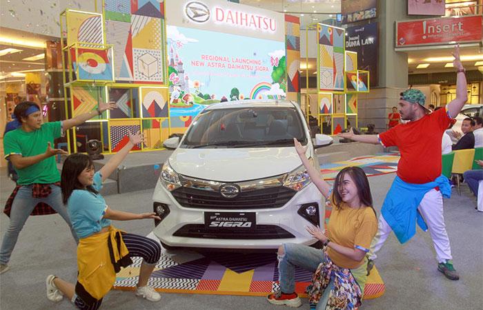 Para model memperkenalkan Daihatsu New Sigra saat peluncuran di Makassar, Sulawesi Selatan, Jumat (20/9/2019). Sejak di luncurkan di Jakarta beberapa waktu lalu, pemesanan Daihatsu New Sigra secara nasional mencapai 150 unit per hari. Bisnis/Paulus Tandi Bone