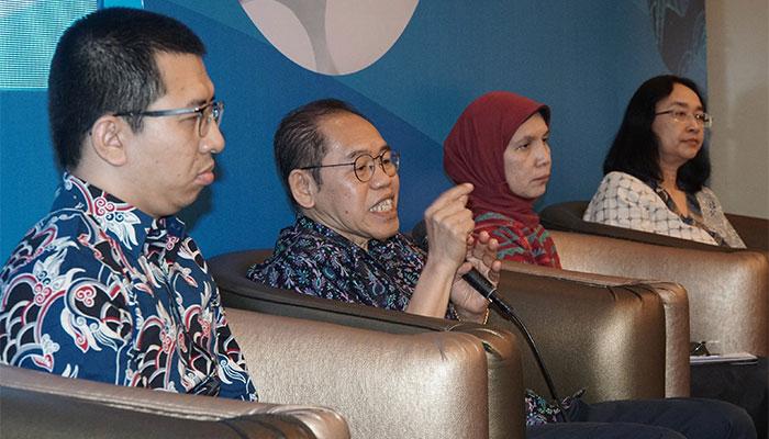 Ketua Indonesia Health Economist Association Hasbullah Thabrany (kedua kiri) didampingi Health Economist Auliya Abdurrohim Suwantika (kiri), Direktur Tata Kelola Obat Publik dan Perbekalan Kesehatan Kemenkes Sadiah (kedua kanan), dan Direktur Pengembangan Sistem Katalog Lembaga Kebijakan Pengadaan Barang-Jasa Pemerintah G.A.A Diah Ambarawaty memberikan pemaparan dalam seminar bertajuk Urgensi Optimalisasi Manajemen Pengelolaan Obat dan Vaksin Terkait Efisiensi Anggaran di Jakarta, Selasa (8/10/2019). Dalam e-katalog pada tahun 2018 telah terdapat obat & vaksin sebanyak 89 penyedia dan 1090 produk dengan nilai tranksaksi sebesar Rp9 triliun dan alat kesehatan sebanyak 310 penyedia dan 16.461 produk dengan nilai Rp13,2 triliun. Bisnis/Himawan L Nugraha