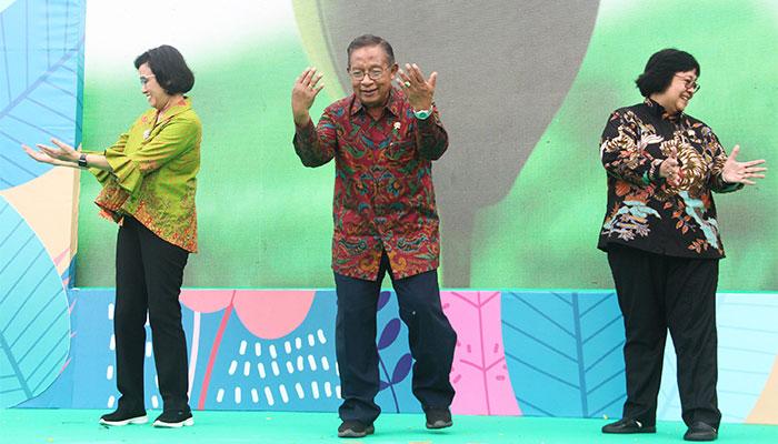 Menteri Koordinator Bidang Perekonomian Darmin Nasution (tengah) bersama Menteri Keuangan Sri Mulyani Indrawati (kiri) dan Menteri Lingkungan Hidup dan Kehutanan Siti Nurbaya Bakar menghadiri peluncuran Badan Pengelola Dana Lingkungan Hidup (BPDLH) di Jakarta, Rabu (9/10/2019). BPDLH dibentuk dengan melibatkan berbagai kementerian dan lembaga lintas sektor. BPDLH diharapkan mampu mendorong pembiayaan untuk memastikan keberlangsungan perlindungan dan pengelolaan di sektor lingkungan hidup. Bisnis/Triawanda Tirta Aditya