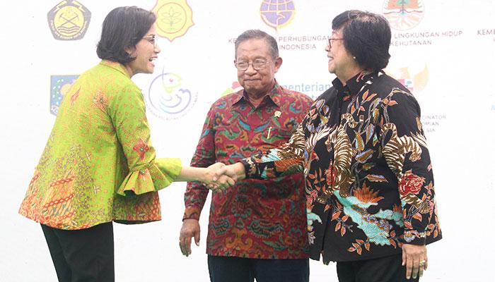 Menteri Keuangan Sri Mulyani Indrawati (kiri) berjabattangan dengan Menteri Lingkungan Hidup dan Kehutanan Siti Nurbaya Bakar disaksikan Menteri Koordinator Bidang Perekonomian Darmin Nasution saat menghadiri peluncuran Badan Pengelola Dana Lingkungan Hidup (BPDLH) di Jakarta, Rabu (9/10/2019). BPDLH dibentuk dengan melibatkan berbagai kementerian dan lembaga lintas sektor. BPDLH diharapkan mampu mendorong pembiayaan untuk memastikan keberlangsungan perlindungan dan pengelolaan di sektor lingkungan hidup. Bisnis/Triawanda Tirta Aditya
