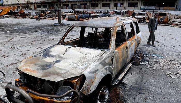 Beberapa bangkai mobil yang hangus terbakar terlihat berada di Kantor Bupati Jayawijaya, Wamena, Papua, Rabu (9/10/2019). Sejumlah bangunan kantor, rumah, toko, hingga kendaraan rusak terbakar pascaaksi unjuk rasa yang berujung anarkis pada 23 September 2019 yang menyebabkan 33 orang meninggal dunia dan 76 orang luka-luka. Antara/M Risyal Hidayat