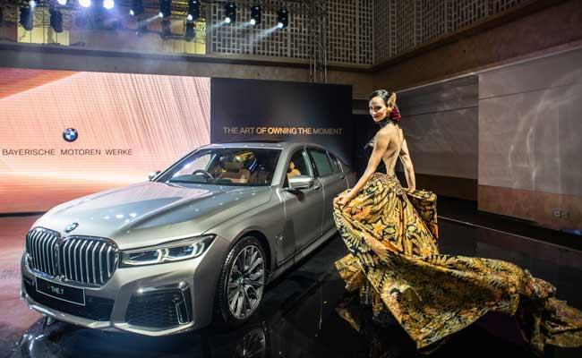 Model berpose di dekat The New BMW 730Li M Sport dalam peluncuran BMW Seri 7 Long Wheelbase di Jakarta, Kamis (10/10). BMW Group Indonesia meluncurkan BMW Seri 7 Long Wheelbase terbaru yang ditawarkan dalam dua variasi yaitu The New BMW 730Li Opulence dengan harga Rp2,299 miliar off-the-road yang tersedia mulai hari Kamis (10/10) sedangkan The New BMW 730Li M Sport dengan harga Rp1,829 miliar off-the-road akan tersedia pada Desember 2019. Kedua varian BMW Seri 7 yang dipasarkan di Indonesia dirakit secara lokal di BMW Production Network 2, Gaya Motor, Sunter, Jakarta. ANTARA FOTO/Aprillio Akbar
