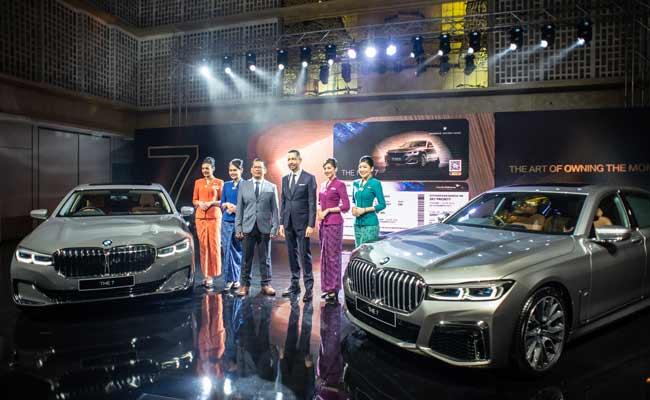 President Director BMW Group Indonesia Ramesh Divyanathan (ketiga kanan) bersama Direktur Operasional Garuda Indonesia Bambang Adisurya Angkasa (ketiga kiri) dan empat pramugari Garuda Indonesia berfoto bersama dalam peluncuran BMW Seri 7 Long Wheelbase di Jakarta, Kamis (10/10/2019). BMW Group Indonesia meluncurkan BMW Seri 7 Long Wheelbase terbaru yang ditawarkan dalam dua variasi yaitu The New BMW 730Li Opulence dengan harga Rp2,299 miliar off-the-road yang tersedia mulai hari Kamis (10/10) sedangkan The New BMW 730Li M Sport dengan harga Rp1,829 miliar off-the-road akan tersedia pada Desember 2019. Kedua varian BMW Seri 7 yang dipasarkan di Indonesia dirakit secara lokal di BMW Production Network 2, Gaya Motor, Sunter, Jakarta. ANTARA FOTO/Aprillio Akbar