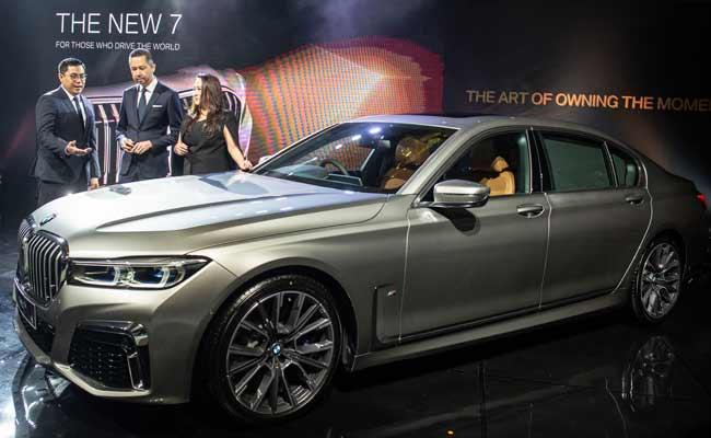 President Director BMW Group Indonesia Ramesh Divyanathan (tengah), Director of Communications BMW Group Indonesia Jodie O'tania (kanan), dan Vice President of Sales BMW Indonesia Bayu Riyanto (kiri) berbincang di dekat The New BMW 730Li M Sport saat peluncuran di Jakarta, Kamis (10/10/2019). BMW Group Indonesia meluncurkan BMW Seri 7 Long Wheelbase terbaru yang ditawarkan dalam dua variasi yaitu The New BMW 730Li Opulence dengan harga Rp2,299 miliar off-the-road yang tersedia mulai hari Kamis (10/10) sedangkan The New BMW 730Li M Sport dengan harga Rp1,829 miliar off-the-road akan tersedia pada Desember 2019. Kedua varian BMW Seri 7 yang dipasarkan di Indonesia dirakit secara lokal di BMW Production Network 2, Gaya Motor, Sunter, Jakarta. ANTARA FOTO/Aprillio Akbar