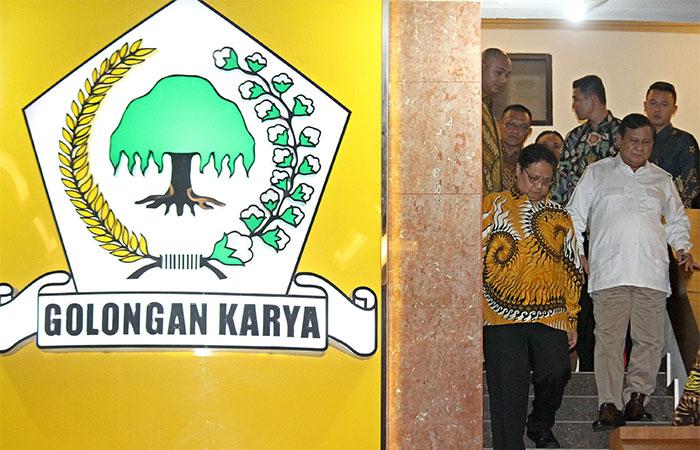 Ketua Umum Partai Gerindra Prabowo Subianto (kanan) didampingi Ketua Umum Partai Golkar Airlangga Hartarto berjalan ke luar ruangan seusai melakukan pertemuan di kantor DPP Partai Golkar di Jakarta, Selasa (15/10/2019). Pertemuan tersebut untuk membahas isu-isu terkini yang menyangkut kebangsaan. Bisnis/Arief Hermawan P