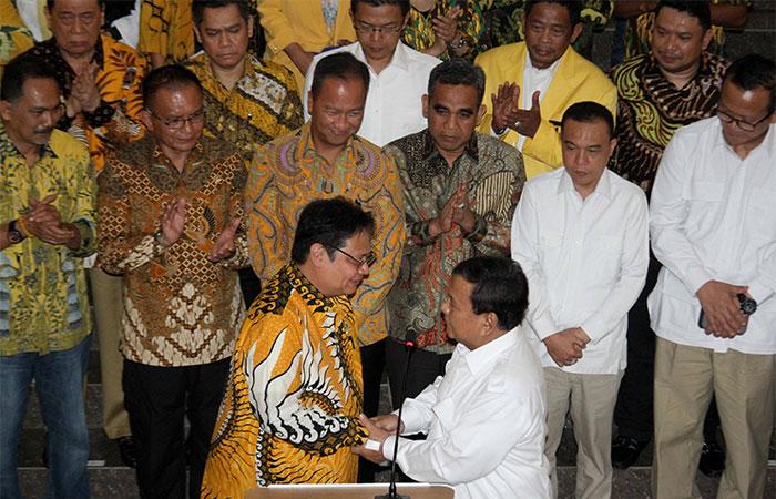 Ketua Umum Partai Gerindra Prabowo Subianto (depan kanan) berjabattangan dengan Ketua Umum Partai Golkar Airlangga Hartarto (depan kiri) seusai melakukan pertemuan di kantor DPP Partai Golkar di Jakarta, Selasa (15/10/2019). Pertemuan tersebut untuk membahas isu-isu terkini yang menyangkut kebangsaan. Bisnis/Arief Hermawan P