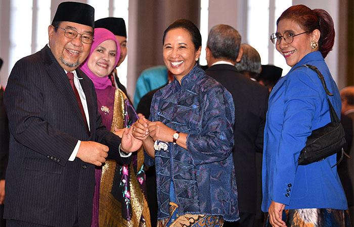 Anggota Badan Pemeriksa Keuangan (BPK) Harry Azhar Azis (kiri) menerima ucapan selamat dari Menteri BUMN Rini Soemarno (kedua kanan) dan Menteri Kelautan dan Perikanan Susi Pudjiastuti seusai Pengucapan Sumpah Jabatan Anggota BPK Periode 2019-2024 di Mahkamah Agung, Jakarta, Kamis (17/10/2019). Lima anggota BPK yang diambil sumpahnya tersebut adalah Harry Azhar Aziz, Achsanul Qosasi, Daniel Lumban Tobing, Hendra Susanto dan Pius Lustrilanang. Antara/Sigid Kurniawan