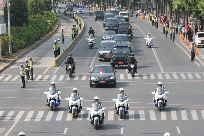 Iring iringan kendaraan Presiden terpilih Joko Widodo melintas di Jalan Thamrin menuju gedung DPR/MPR untuk mengikuti acara pelantikan Presiden dan Wakil Presiden terpilih, Joko Widodo-Ma'ruf Amin, di Jakarta, Minggu (20/10). Bisnis/Dedi Gunawan