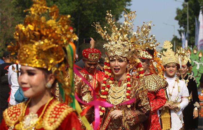 Warga mengadakan pawai budaya menyambut Presiden Joko Widodo dan Wakil Presiden KH Ma'ruf Amin periode 2019-2024 di kawasan Patung Kuda , Jakarta, Minggu (20/10/2019). Bisnis/Abdullah Azzam