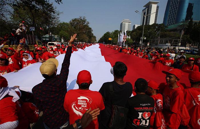 Warga mengadakan pawai budaya menyambut Presiden Joko Widodo dan Wakil Presiden KH Ma'ruf Amin periode 2019-2024 di kawasan Patung Kuda , Jakarta, Minggu (20/10/2019). Bisnis/Triawanda Tirta Aditya