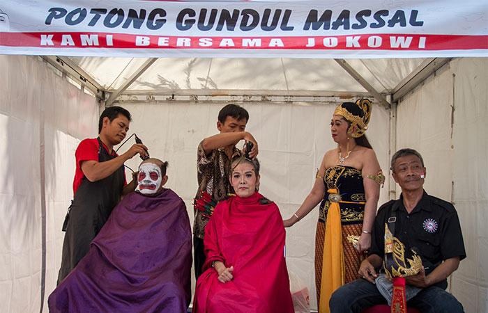 Warga memotong gundul rambutnya pada acara tasyakuran Pelantikan Presiden dan Wakil Presiden di Solo, Jawa Tengah, Minggu (20/10/2019). Antara/Mohammad Ayudha