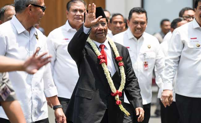 Menko Polhukam Mahfud MD tiba di kantor Kemenko Polhukam untuk mengikuti serah terima jabatan dengan mantan Menko Polhukam Wiranto di Jakarta, Rabu (23/10/2019). ANTARA FOTO/Hafidz Mubarak A