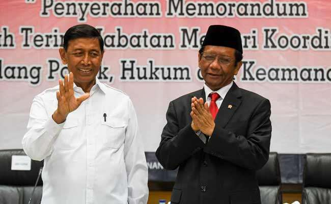 Menko Polhukam Mahfud MD (kiri) bersama mantan Menko Polhukam Wiranto (kanan) mengikuti serah terima jabatan di kantor Kemenko Polhukam, Jakarta, Rabu (23/10/2019). ANTARA FOTO/Hafidz Mubarak A