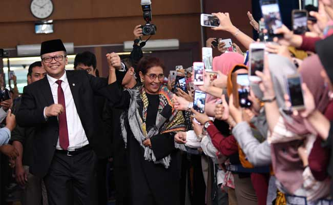 Menteri Kelautan dan Perikanan Edhy Prabowo (kiri) bersama mantan Menteri Kelautan dan Perikanan Susi Pudjiastuti (kedua kiri) menyapa para karyawan menjelang acara serah terima jabatan (Sertijab) di Kantor Kementerian Kelautan dan Perikanan (KKP), Jakarta, Rabu (23/10/2019). Edhy yang merupakan politisi Partai Gerindra menggantikan Susi pada Kabinet Indonesia Maju periode 2019-2024. ANTARA FOTO/Aditya Pradana Putra