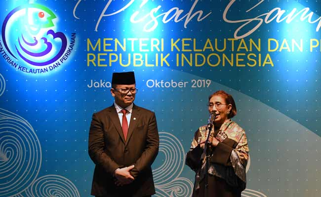 Mantan Menteri Kelautan dan Perikanan Susi Pudjiastuti (kanan) didampingi Menteri Kelautan dan Perikanan Edhy Prabowo, menyampaikan sambutan dalam acara serah terima jabatan (Sertijab) di Kantor Kementerian Kelautan dan Perikanan (KKP), Jakarta, Rabu (23/10/2019). Edhy yang merupakan politisi Partai Gerindra menggantikan Susi pada Kabinet Indonesia Maju periode 2019-2024. ANTARA FOTO/Aditya Pradana Putra