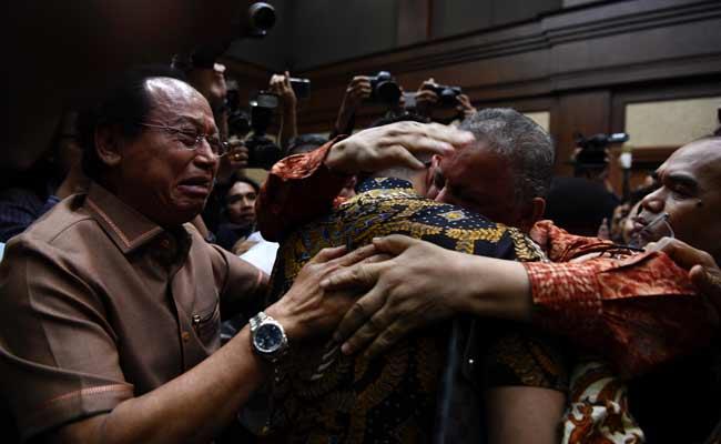 Mantan Dirut PLN Sofyan Basir (kedua kanan) memeluk kerabatnya usai pembacaan putusan di Pengadilan Tipikor, Jakarta, Senin (4/11/2019). Majelis hakim memvonis bebas Sofyan Basir. ANTARA FOTO/Puspa Perwitasari