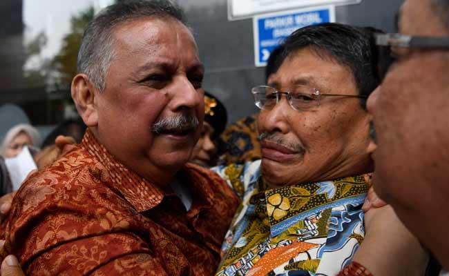 Mantan Dirut PLN Sofyan Basir (kiri) meluapkan kegembiraan bersama kerabat usai diputus bebas di Pengadilan Tipikor, Jakarta, Senin (4/11/2019). ANTARA FOTO/Puspa Perwitasari