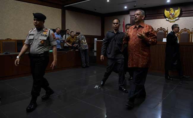 Mantan Dirut PLN Sofyan Basir meninggalkan ruang sidang usai pembacaan putusan di Pengadilan Tipikor, Jakarta, Senin (4/11/2019). Majelis hakim memvonis bebas Sofyan Basir. ANTARA FOTO/Puspa Perwitasari
