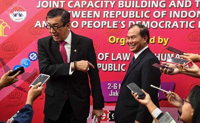 Menteri Hukum dan HAM Yasonna H. Laoly (kiri) bersama Menteri Kehakiman Laos Saysy Santyvong (kanan) menjawab pertanyaan wartawan usai menandatangani perjanjian kerja sama bidang hukum di Gedung Direktorat Jenderal (Ditjen) AHU Kemenkumham, Jakarta, Senin (4/11/2019). Kementerian Hukum dan HAM Republik Indonesia dan Kementerian Kehakiman Laos menandatangani perjanjian kerja sama bidang hukum yang dilanjutkan dengan penyelenggaraan kegiatan 'Joint Capacity Building and Training' untuk memperkuat jaringan dalam upaya mencegah dan memerangi kejahatan lintas negara di kawasan ASEAN. ANTARA FOTO/Galih Pradipta