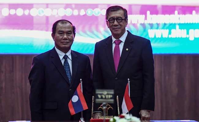 Menteri Hukum dan HAM Yasonna H. Laoly (kanan) bersama Menteri Kehakiman Laos Saysy Santyvong (kiri) berfoto bersama usai menandatangani perjanjian kerja sama bidang hukum di Gedung Direktorat Jenderal (Ditjen) AHU Kemenkumham, Jakarta, Senin (4/11/2019). ANTARA FOTO/Galih Pradipta