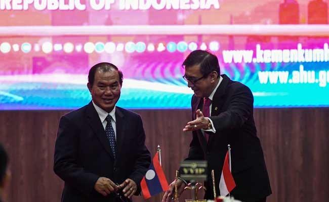 Menteri Hukum dan HAM Yasonna H. Laoly (kanan) berbincang dengan Menteri Kehakiman Laos Saysy Santyvong (kiri) usai menandatangani perjanjian kerja sama bidang hukum di Gedung Direktorat Jenderal (Ditjen) AHU Kemenkumham, Jakarta, Senin (4/11/2019). ANTARA FOTO/Galih Pradipta