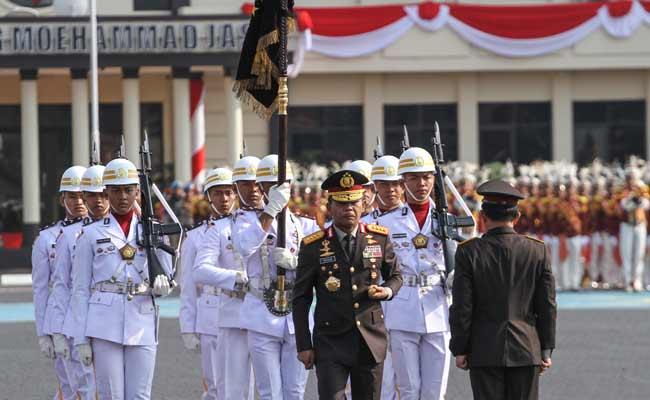 Menteri Dalam Negeri Tito Karnavian (kanan) bersama Kapolri Idham Aziz (ketiga Kanan) melakukan serah terima tongkat Tribrata pada Upacara Tradisi serah terima Panji-panji Tribrata Kapolri di Mako Brimob, Depok, Jawa Barat, Rabu (6/11/2019). ANTARA FOTO/Asprilla Dwi Adha