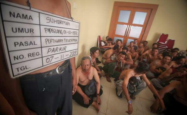 Sejumlah orang yang diduga preman terjaring operasi di Mapolres Metropolitan Tangerang, Banten, Kamis (7/11/2019). Dalam Operasi Penyakit Masyarakat (Pekat) polisi menangkap 164 orang dari beberapa titik lokasi rawan kejahatan di wilayah Kota Tangerang. ANTARA FOTO/Fauzan
