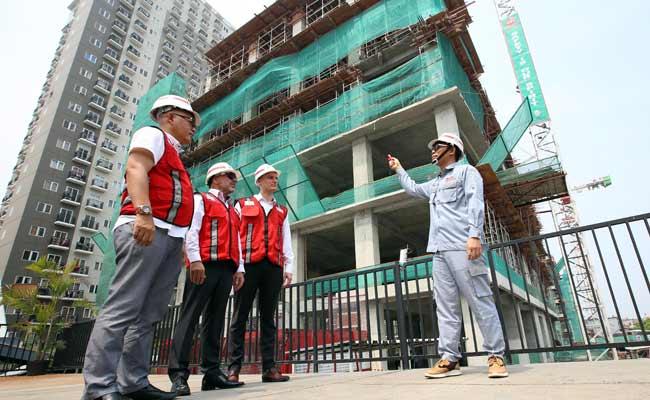 Project Manager Norrington Suites PT Adhi Persada Gedung M. Mukhtar Rosyidi (kanan) memberikan penjelasan kepada Direktur Pemasaran Norrington Suites Iwan Romano (dari kiri), Direktur Rich Vista Ingo Korner dan Managing Director Lamudi Indonesia Mart Polman di sela-sela meninjau progres pembangunan apartemen Norrington Suites di Jakarta, Selasa (12/11). Proyek dengan investasi sebesar Rp420 miliar tersebut direncanakan akan serah terima tahap pertama unit apartemen pada kuartal 3 tahun 2021. Bisnis/Abdullah Azzam