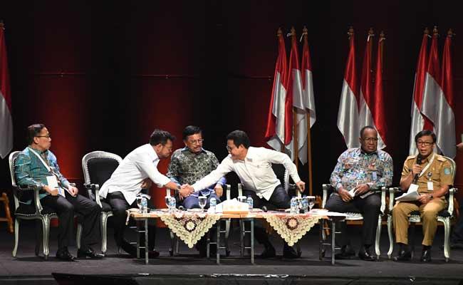 Menteri Pertanian Syahrul Yasin Limpo (kedua kiri) berjabat tangan dengan Menteri Desa Abdul Halim Iskandar (ketiga kanan) disaksikan Menkominfo Johnny G Plate (ketiga kiri), Kepala Badan Litbang Kemenhub Sugihardjo (kiri), Wamen PUPR John Wempi Wetipo (kedua kanan) dan Dirjen Bina Pembangunan Daerah Kemendagri Muhammad Hudori saat diskusi panel IV Rakornas Indonesia Maju antara Pemerintah Pusat dan Forum Koordinasi Pimpinan Daerah (Forkopimda) di Bogor, Jawa Barat, Rabu (13/11/2019). Panel IV itu membahas pembangunan Infrastuktur. ANTARA FOTO/Akbar Nugroho Gumay
