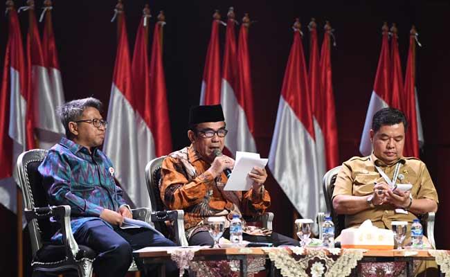 Menteri Agama Fachrul Razi (tengah) menyampaikan pendapatnya disaksikan Dirjen Perimbangan Keuangan Kemenkeu Astera Primanto Bhakti (kiri) dan Kepala Badan Pengembangan Sumber Daya Manusia (BPSDM) Kemendagri Teguh Setyabudi (kanan) saat diskusi panel III Rakornas Indonesia Maju antara Pemerintah Pusat dan Forum Koordinasi Pimpinan Daerah (Forkopimda) di Bogor, Jawa Barat, Rabu (13/11/2019). Panel III itu membahas pembangunan sumber daya manusia. ANTARA FOTO/Akbar Nugroho Gumay