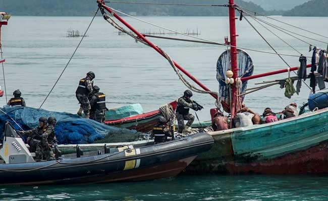 Personel Pengawasan Sumber Daya Kelautan dan Perikanan (PSDKP) dengan menggunakan speed boat melakukan penyergapan terhadap kapal yang diduga melakukan ilegal fishing saat simulasi di Dermaga PSDKP Batam, Kepulauan Riau, Rabu (13/11/2019). Simulasi tersebut dilaksanakan guna melihat kesiapan personel pengawasan sumber daya kelautan dan perikanan dalam menjaga perairan di Wilayah Kepulauan Riau dari kapal-kapal asing yang kerap melakukan ilegal fishing. ANTARA FOTO/M N Kanwa