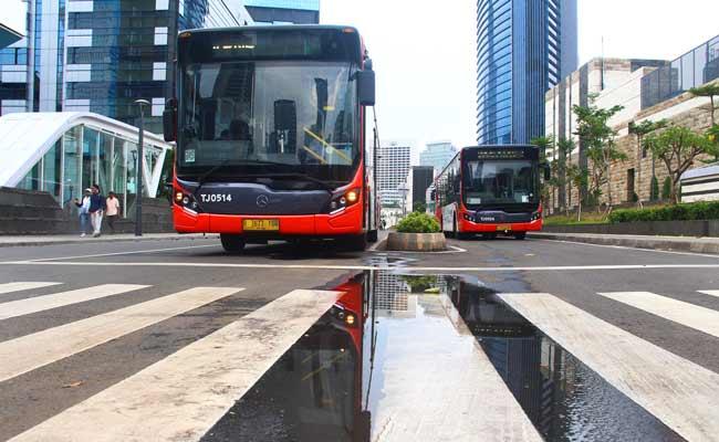 Kendaraan melintas di kawasan Transit Oriented Development (TOD), Jakarta, Rabu (13/11). Direktur Utama PT Transportasi Jakarta Agung Wicaksono mengungkapkan bahwa secara umum TJ tertarik mengembangkan kawasan TOD. TOD sangat potensial sebagai sarana mendulang pendapatan nontiket, sehingga aspek bisnis di luar tiket ini sanggup menutup biaya subsidi atau PSO dari Pemprov DKI. Bisnis/Triawanda Tirta Adityan