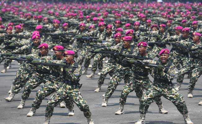 Prajurit Korps Marinir melakukan defile saat upacara HUT ke-74 Korps Marinir di Bumi Marinir Karangpilang, Surabaya, Jawa Timur, Jumat (15/11/2019). Peringatan tersebut mengangkat tema 'Profesionalitas, loyalitas, dan pengabdian prajurit petarung Korps Marinir untuk NKRI'.. ANTARA FOTO/Zabur Karuru