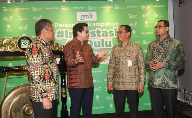Ketua Presidium Dewan Asosiasi Pelaku Reksa Dana dan Investasi Indonesia Prihatmo Hari Muljanto (dari kiri), berbincang dengan AVP of Fintech Tokopedia Samuel Sentana, Direktur Pengelolaan Investasi Otoritas Jasa Keuangan Sujanto, dan Direktur Pengembangan PT Bursa Efek Indonesia Hasan Fawzi saat peresmian kampanye #InvestasiAjaDulu di Jakarta (18/11). Kampanye ini merupakan salah satu strategi Tokopedia untuk meningkatkan semangat investasi di tengah masyarakat Indonesia demi mengakselarasi pemerataan ekonomi digital. Bisnis/Dedi Gunawan