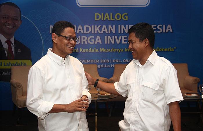 Pemimpin Redaksi Bisnis Indonesia Hery Trianto (kanan) berbincang dengan Plt Deputi Bidang Pengembangan Iklim Penanaman Modal BKPM Yuliot saat menghadiri diskusi panel di Jakarta, Senin (18/11/2019). Diskusi ini bertema Menjadikan Indonesia Surga Investasi yang bertujuan menggali, mengkaji, dan menemukan solusi bagi kemajuan investasi di Indonesia. Bisnis/Triawanda Tirta Aditya
