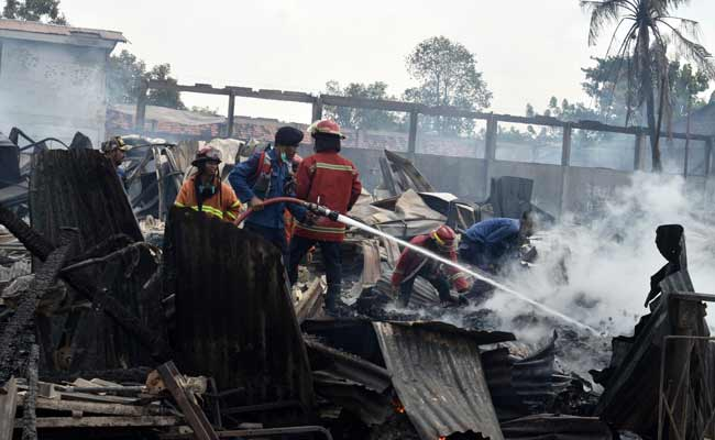 Petugas Dinas Kebakaran (Damkar) Kota Bekasi berupaya memadamkan sisa api yang membakar pabrik gudang tempat pembuatan palet kayu di Jalan Agus Salim, Bekasi, Jawa Barat, Selasa (19/11/2019). Kebakaran yang terjadi sekitar pukul 05:00 WIB pagi tersebut tidak ada korban jiwa namun kerugian ditaksir hampir mencapai milyaran rupiah dan penyebab kebakaran masih belum diketahui. ANTARA FOTO/Suwandy