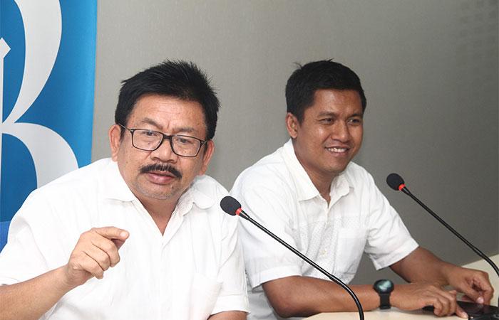 Chief of Corporate Communication and CSR FIFGROUP Yulian Warman (kiri) didampingi Pemimpin Redaksi Bisnis Indonesia Hery Trianto memberikan penjelasan saat berkunjung ke kantor Redaksi Bisnis Indonesia di Jakarta, Selasa (19/11/2019). FIFGROUP menargetkan penyaluran pembiayaan hingga Rp39 triliun-Rp41 triliun sepanjang 2019 atau tumbuh sekitar 3%-7% dibandingkan dengan realisasi pembiayaan tahun lalu senilai Rp38 triliun. Bisnis/Triawanda Tirta Aditya